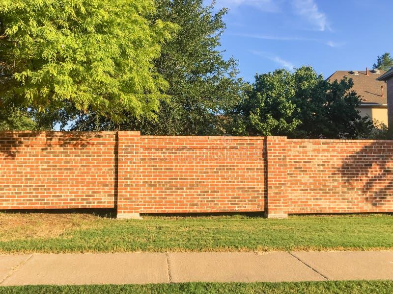砖屏幕围住达拉斯堡垒的住宅房子相当区域价值, 库存图片