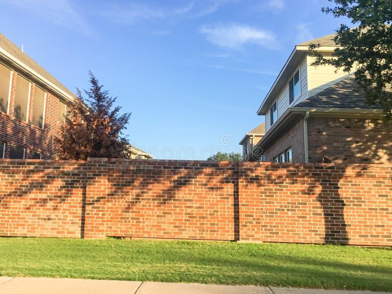砖屏幕围住达拉斯堡垒的住宅房子相当区域价值, 免版税库存照片