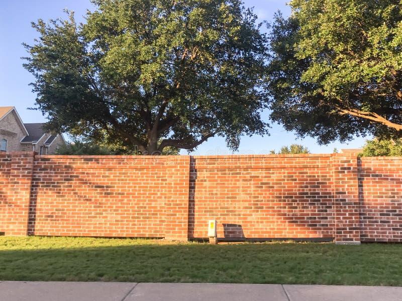 砖屏幕围住达拉斯堡垒的住宅房子相当区域价值, 库存照片