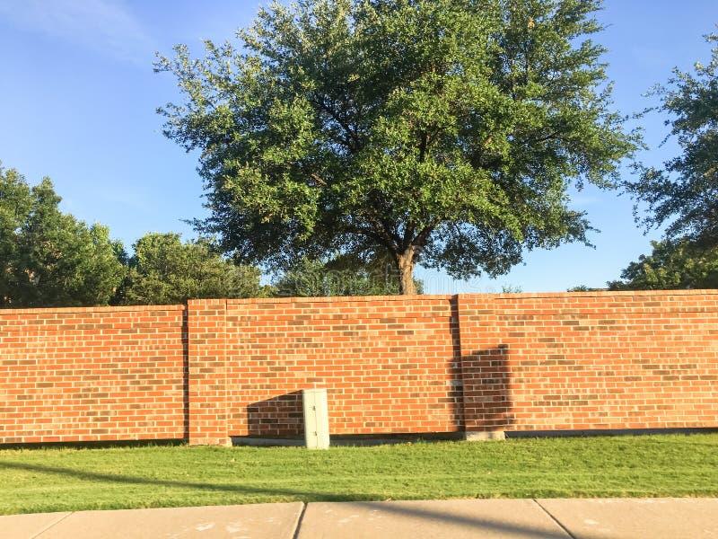 砖屏幕墙壁和合理的墙壁在达拉斯堡垒相当区域, Te价值 免版税库存图片
