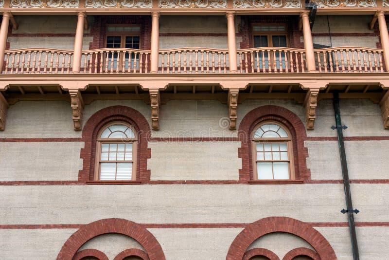 砖建筑学概述了窗口和木阳台 免版税库存照片