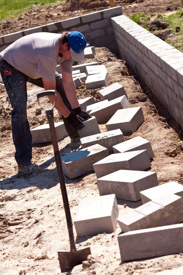 砖建造者放置 库存图片
