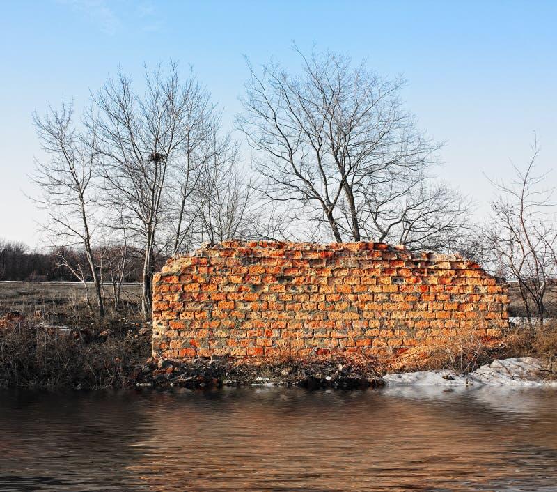 砖房子被破坏的墙壁 库存照片