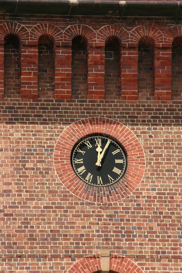 砖时钟墙壁 免版税库存照片