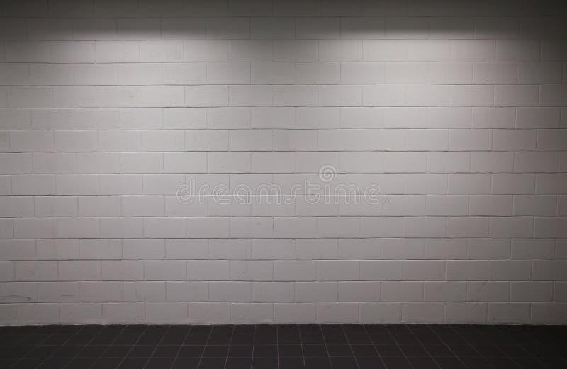 砖昏暗的照明设备墙壁白色 免版税图库摄影