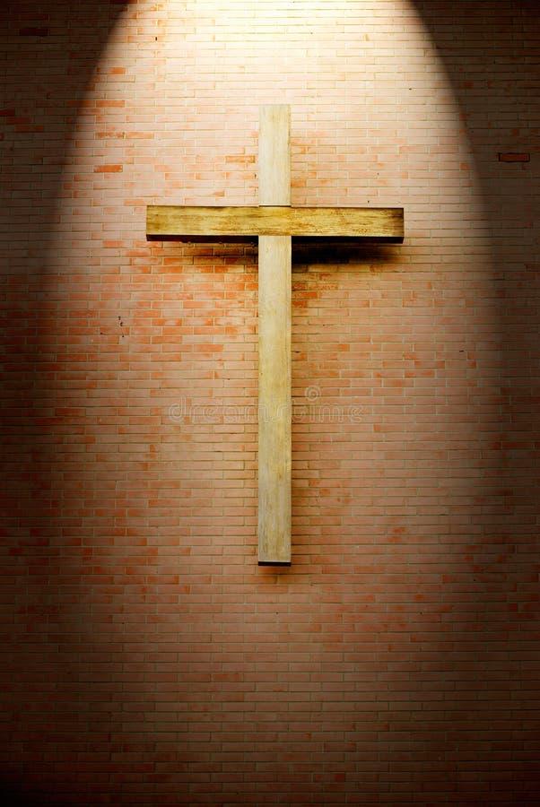 砖木耶稣受难象的墙壁 免版税库存照片