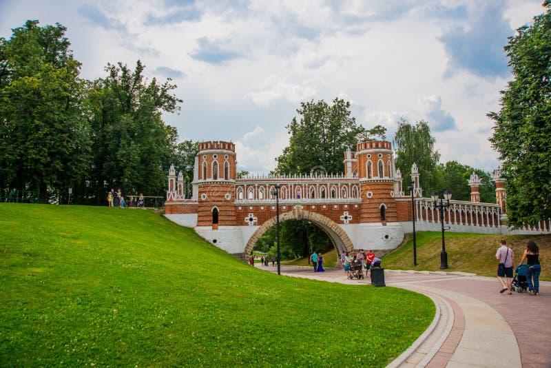 砖桥梁 Tsaritsyno公园的建筑学在莫斯科 俄国 库存照片
