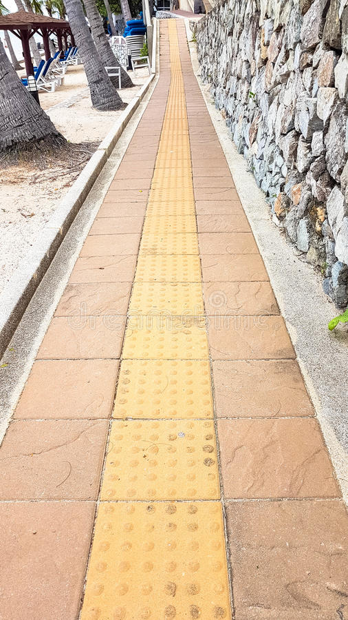 砖步行方式道路的倾斜用石墙装饰 库存图片
