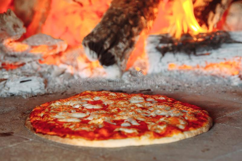 砖烤箱用烹调热的比萨里面 图库摄影