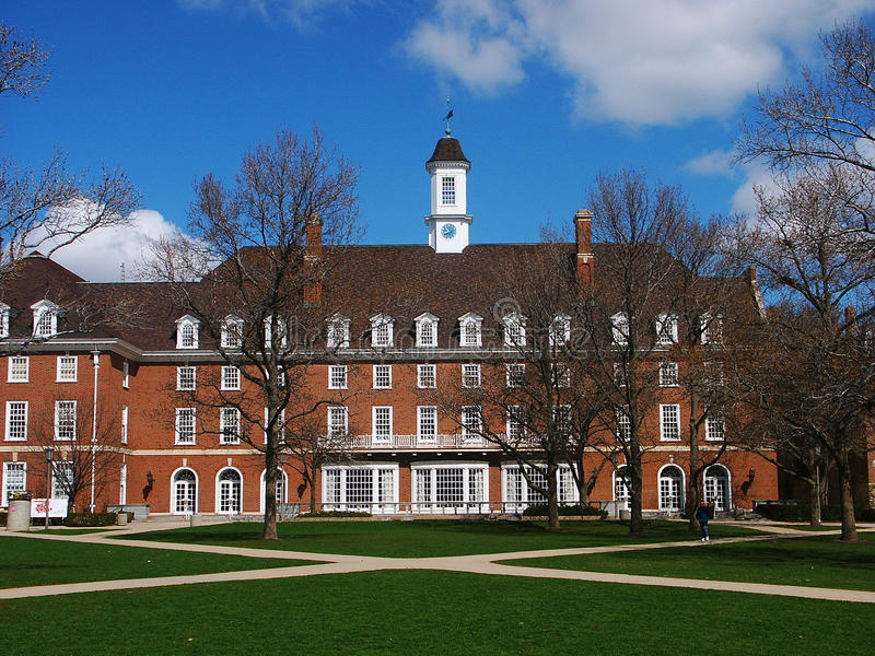 砖瓦房、蓝天和树在伊利诺伊大学 库存图片