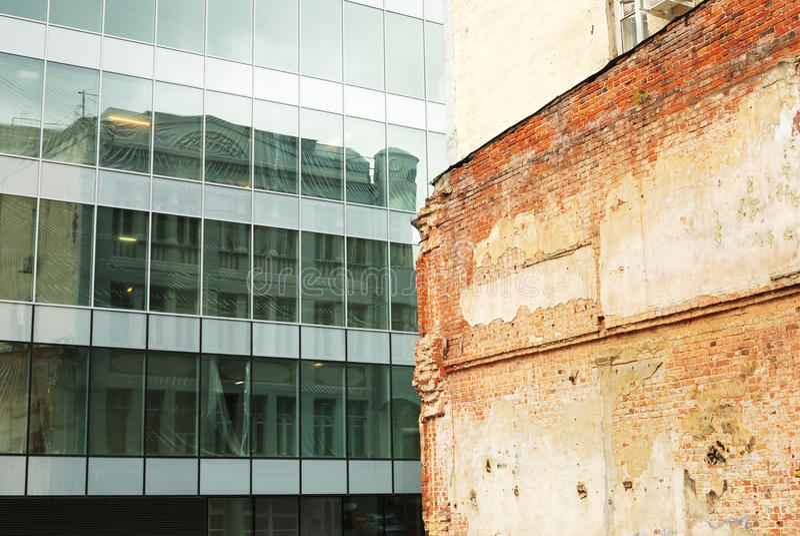 砖瓦房现代老墙壁 库存图片
