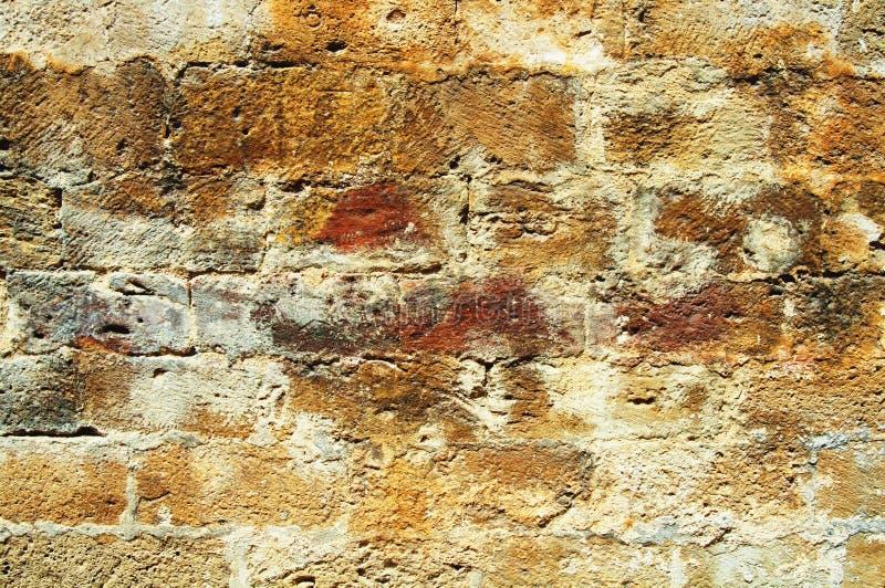 砖生了酒垢的老墙壁 免版税库存照片