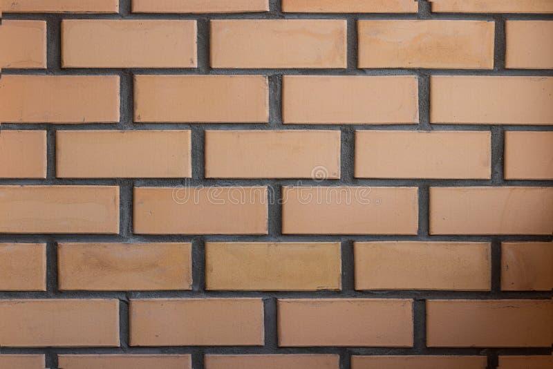 砖相称墙壁,橙色和灰色颜色,由正常照相机角度做的水平的射击 库存图片