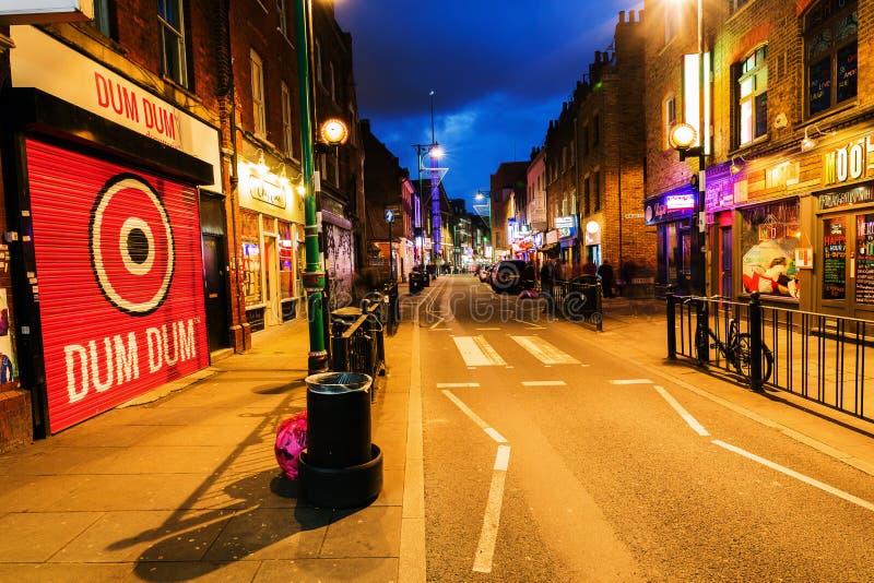 砖车道在伦敦区Shoreditch在晚上 库存图片