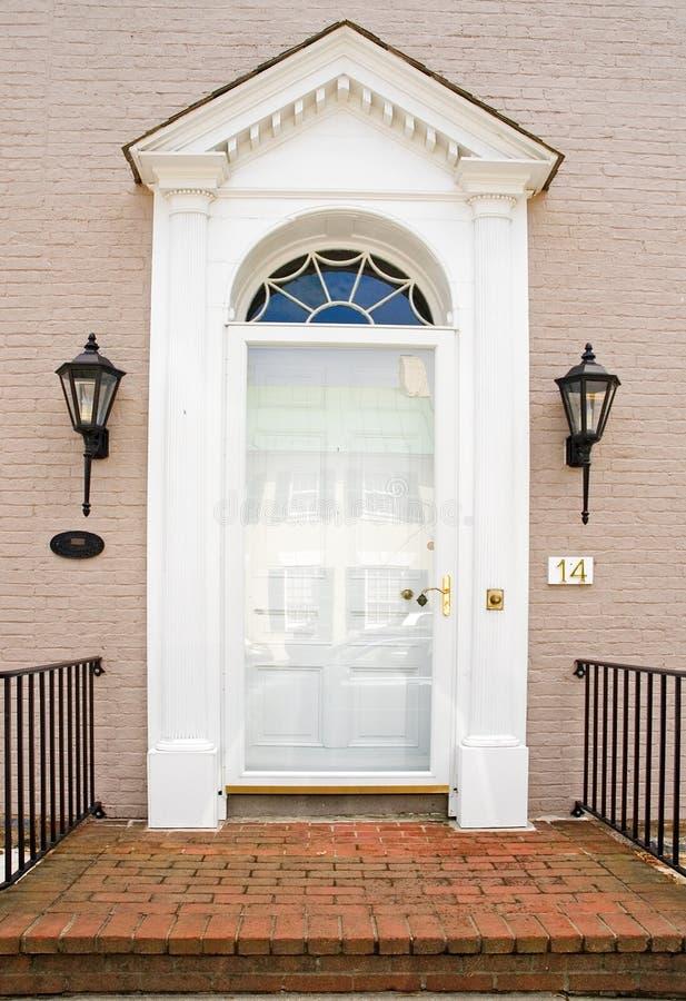 砖门前面英王乔治一世至三世时期房子 免版税库存照片