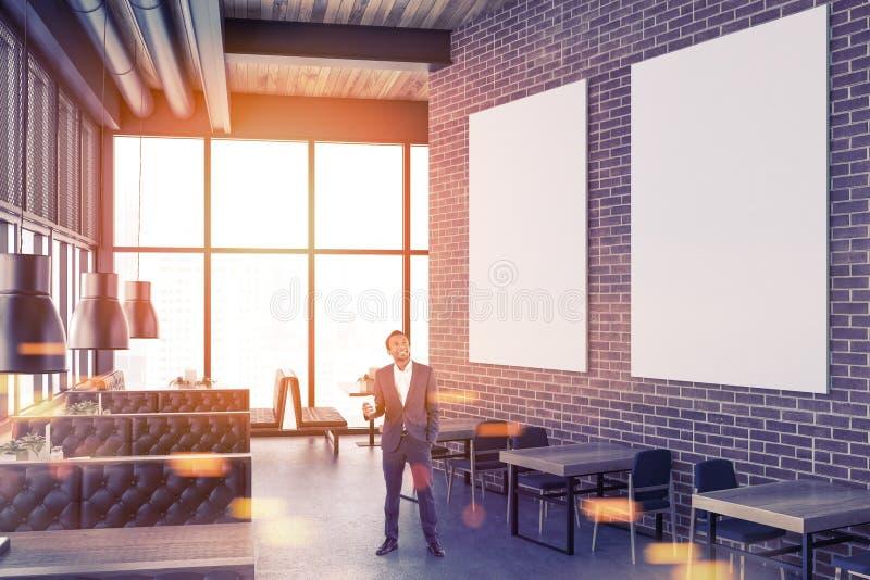 砖餐馆内部,被定调子的海报画廊 库存照片