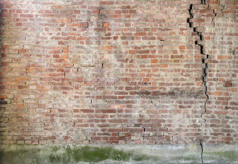 砖破裂的墙壁 免版税库存图片