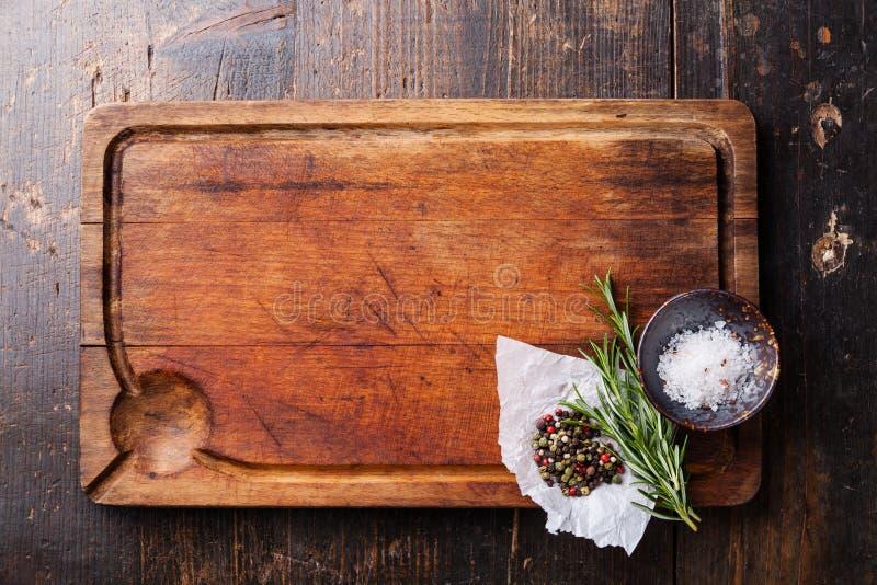 砧板、调味料和迷迭香 免版税库存图片