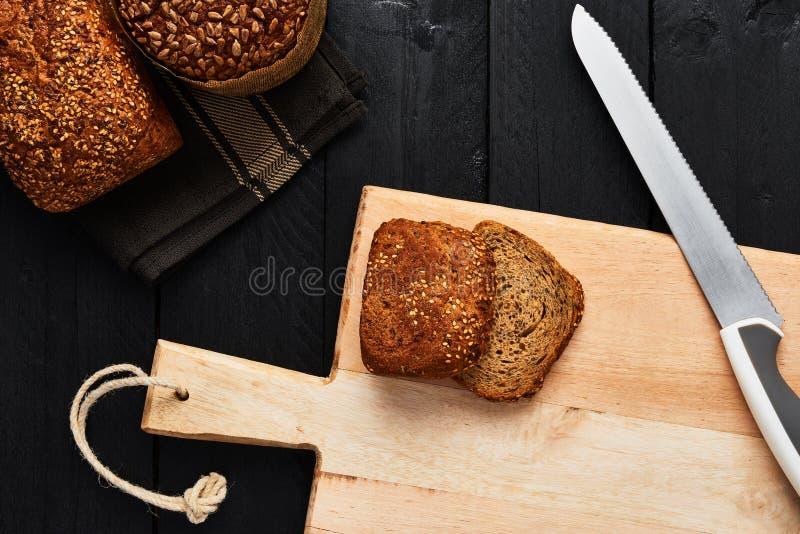砧板和面包刀用各种各样的有壳的全麦b 库存照片