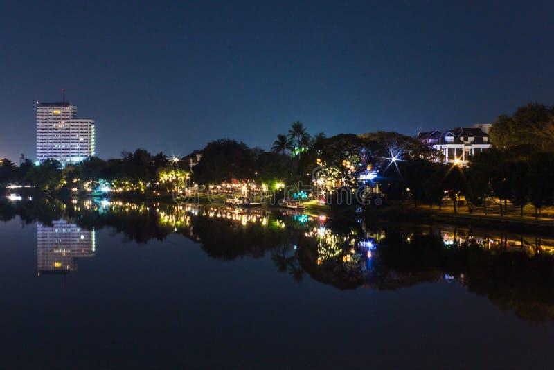 砰河岸夜在Chiangmai,泰国 免版税库存图片