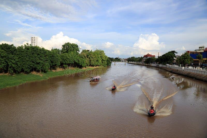 砰河风景有蓝天和小船的,清迈,泰国 库存图片