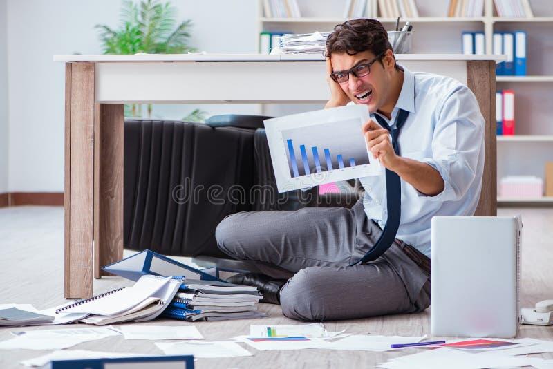 破产商人恼怒在办公室地板 免版税库存图片