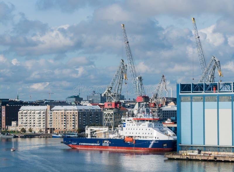 破冰船船在造船厂在赫尔辛基,芬兰 免版税库存图片