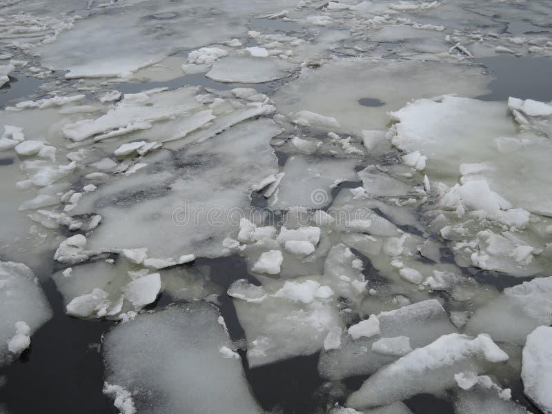 破坏反对岸和海冰的天然冰块在结冰的春天天气期间 免版税库存图片