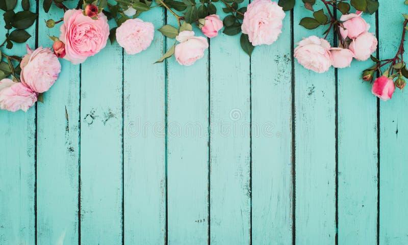 破旧的别致的与玫瑰的葡萄酒花卉背景 免版税图库摄影