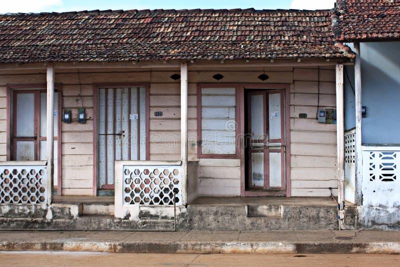 破旧的房子外部在街道上 免版税库存图片