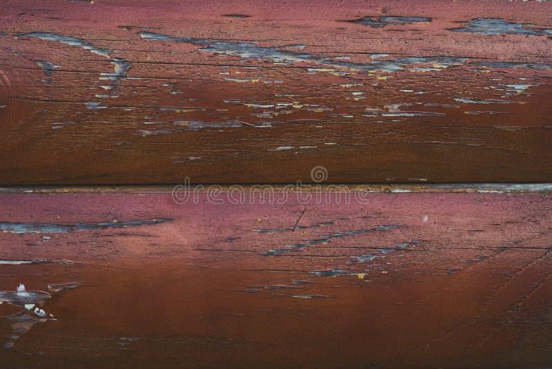 破旧的棕色日志,在线的木表面 有破裂的红色油漆的老委员会 木篱芭,桌纹理  黑暗的木背景 免版税库存图片