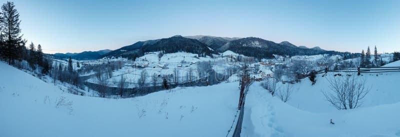 破晓早晨冬天喀尔巴阡山脉村庄Zelene 免版税库存图片