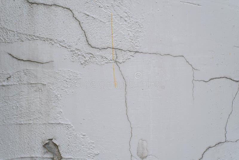 破裂和剥在白色墙壁上的油漆 免版税库存图片