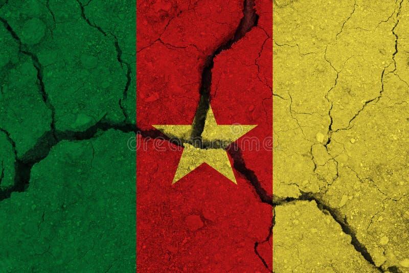 破裂的地球上的喀麦隆旗子 免版税库存图片