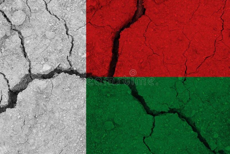 破裂的地球上的马达加斯加旗子 库存照片