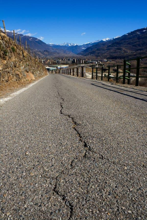破裂的山路 免版税库存图片