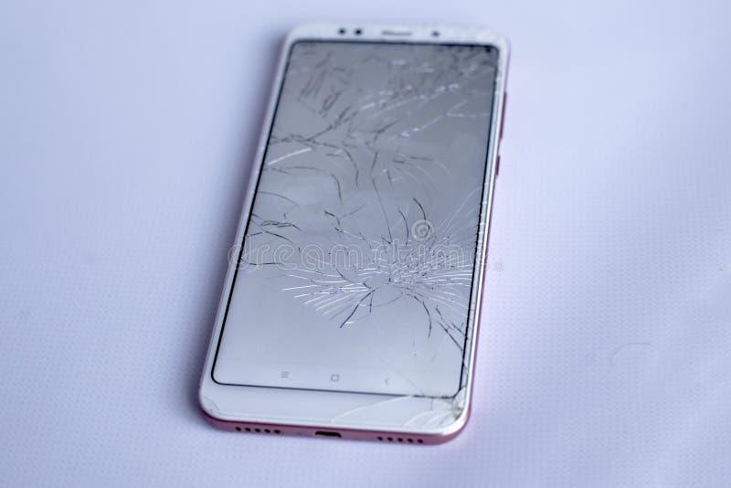 破裂的手机屏幕,残破和被击碎的手机传感器 r 库存图片