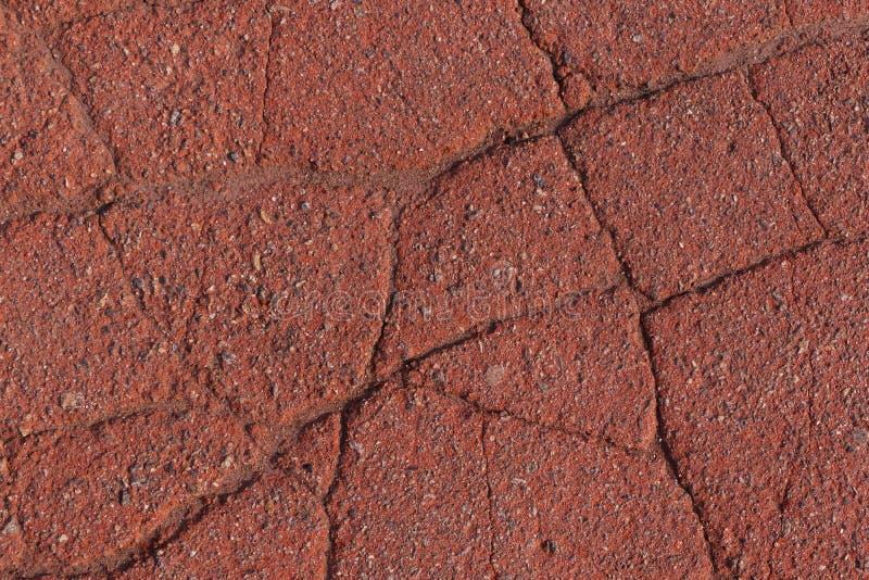 破裂的红色沥青路面 图库摄影