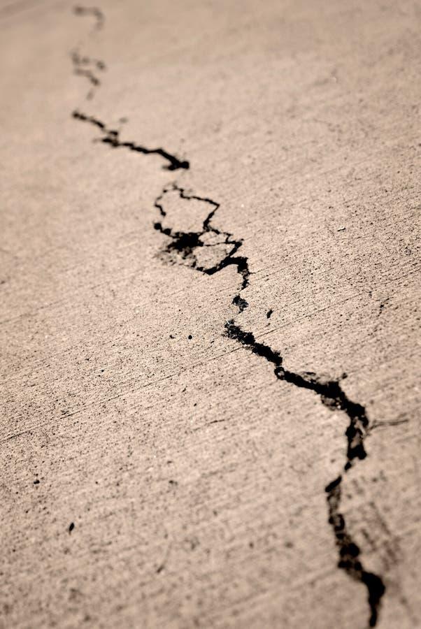 破裂的老边路 免版税库存照片
