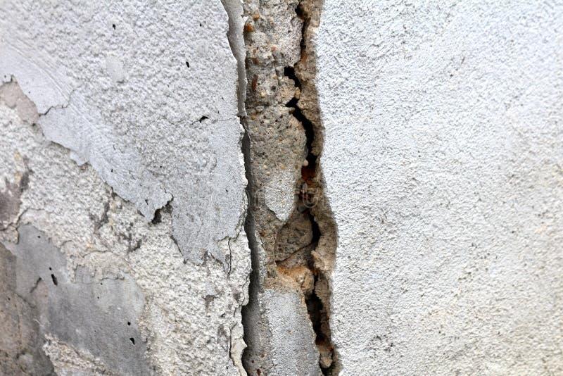 破裂的被毁坏的郊区家庭房子角落墙壁背景墙纸纹理 库存图片