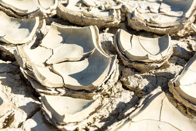 破裂的playa泥纹理大大块和芯片从沙漠的 免版税库存照片