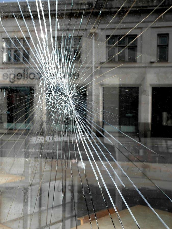砸坏的店面商业窗口 免版税库存图片