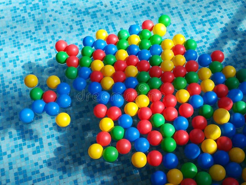 硅树脂在水的色的球 免版税库存图片