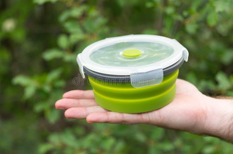 硅树脂盘 硅树脂盘 广告碗筷 供以人员手 免版税库存照片