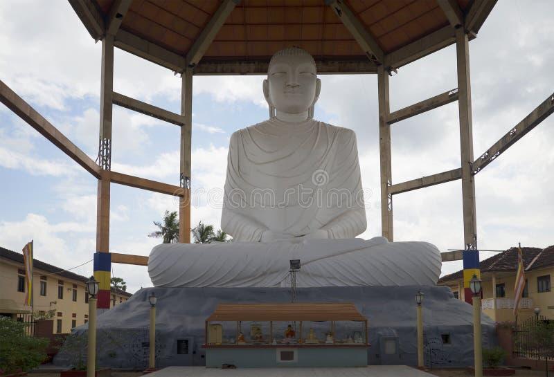 硕大菩萨雕象,塑造在香客的捐赠 佛教朝圣中心在阿努拉德普勒,斯里兰卡 免版税库存图片