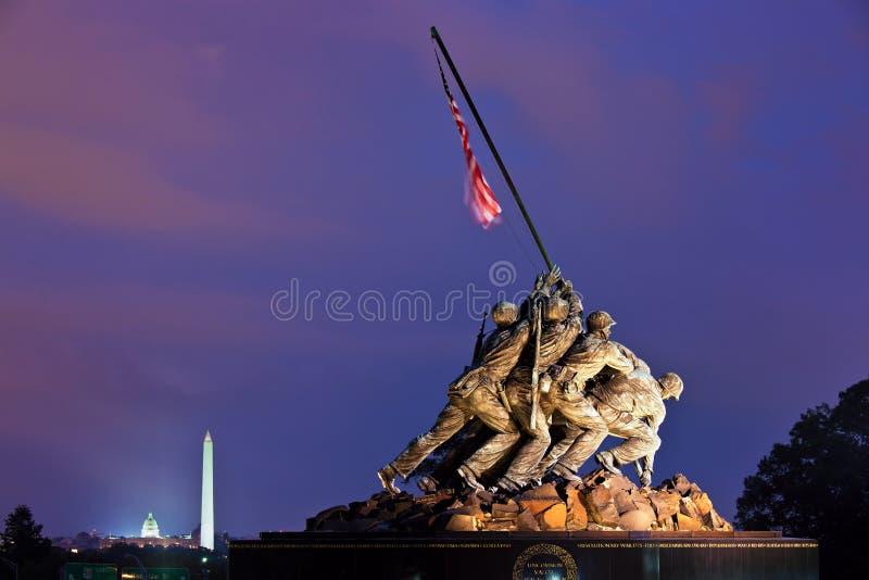 硫磺岛纪念品(陆战队战争纪念建筑)在晚上,华盛顿特区,美国 免版税库存图片