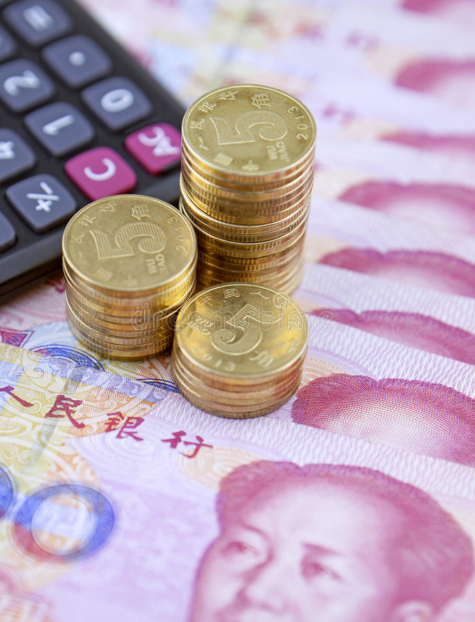 硬币、计算器和中国钞票 免版税库存图片