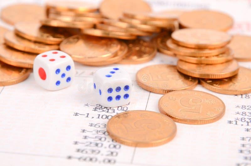 硬币、银行存折和彀子 免版税库存图片