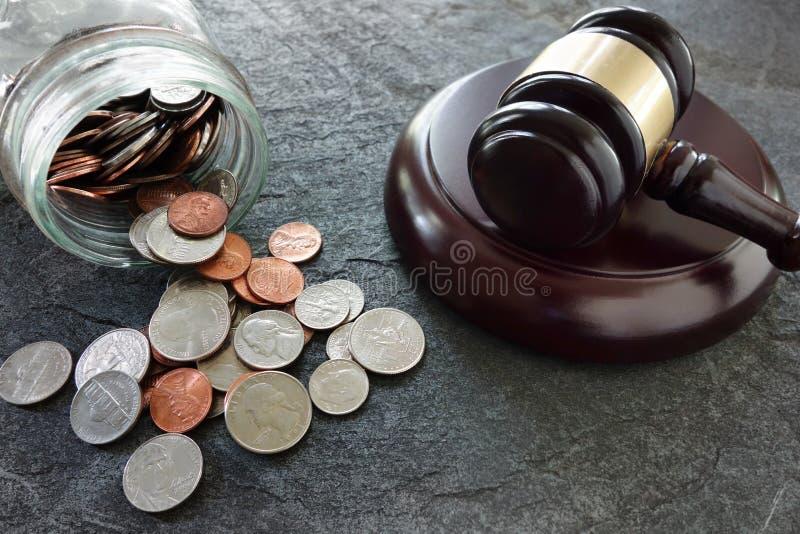 硬币和惊堂木 免版税库存图片