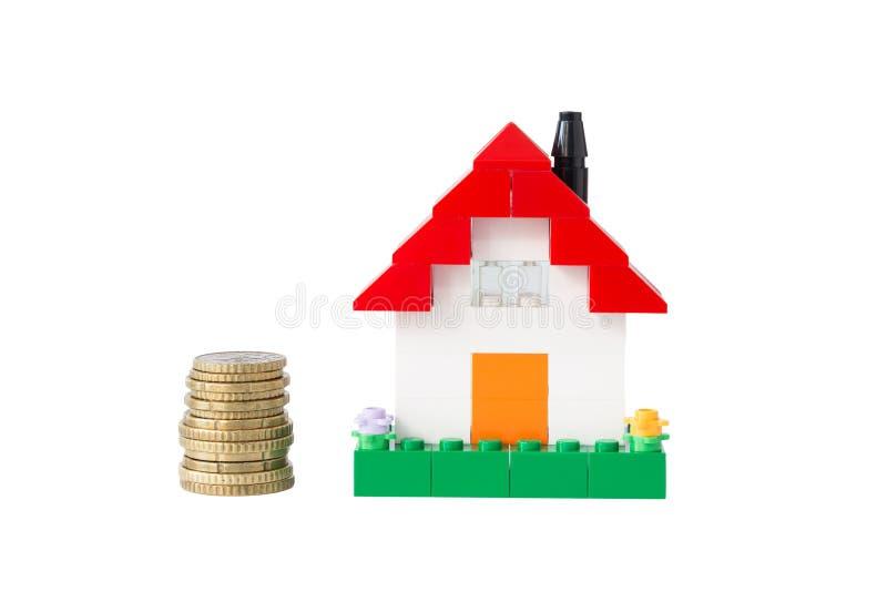 硬币和房子由玩具砖做成 免版税图库摄影